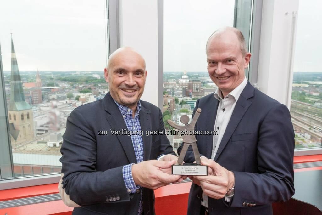 Thomas Richter (PC-Magazin), Dietrich Gemmel (RWE): RWE gewinnt den großen Leserpreis von PCgo und PC Magazin : Fotocredit: RWE Effizienz, © Aussendung (09.06.2016)