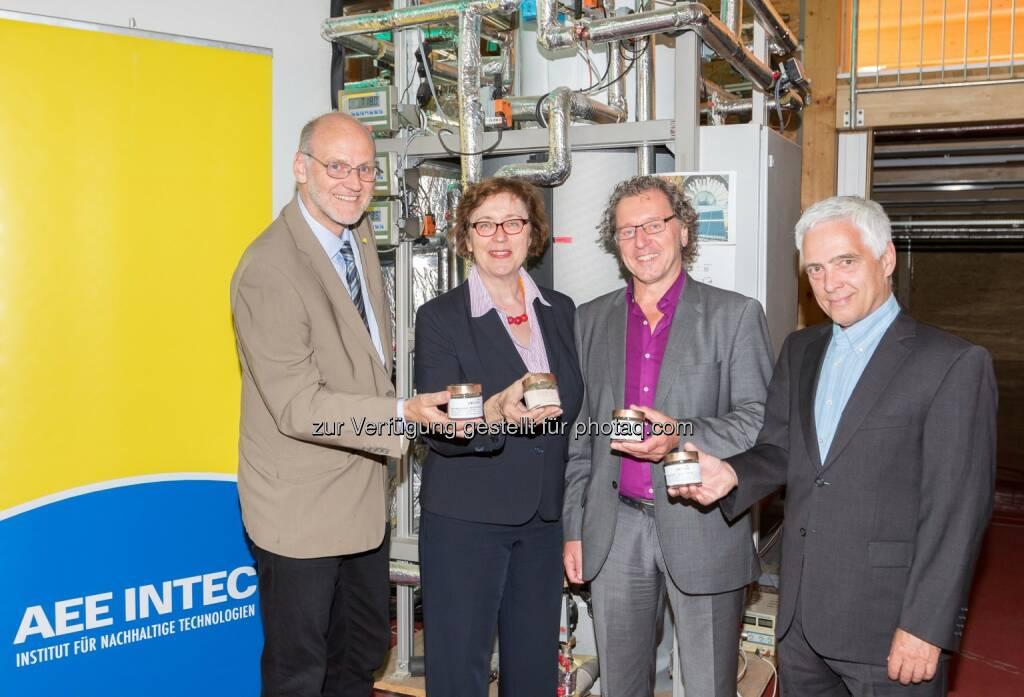 """Ewald Selvicka (GF AEE Intec), Theresia Vogel (GF Klima- und Energiefonds), Wim van Helden (AEE Intec), Michael Paula (Leiter der Abteilung für Energie-und Umwelttechnologien, bmvit) : Klimafonds und bmvit : Forschungsprojekt """"Comtes"""" erzielt Weltrekord bei Speicherdichte : Fotocredit: Klima- und Energiefonds/APA-Fotoservice/Angerer, © Aussendung (09.06.2016)"""