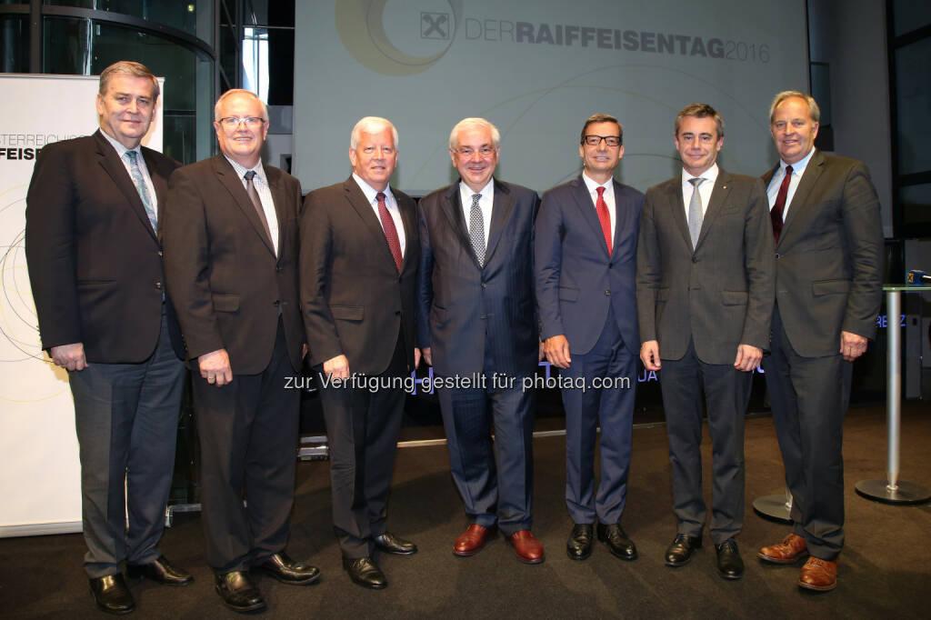 Rudolf Binder (Direktor des Raiffeisenverbandes OÖ, Genossenschaftsanwalt), Franz Reisecker (Vorstand des Raiffeisenverbandes OÖ), Jakob Auer (Generalanwalt-Stv. des ÖRV), Walter Rothensteiner (ÖRV-Generalanwalt), Andreas Pangl (ÖRV-Generalsekretär), Heinrich Schaller (Generaldirektor der Raiffeisenlandesbank OÖ), Wilfried Thoma (Generalanwalt-Stv. des ÖRV) : Raiffeisen Österreich baut auf Chancen der Genossenschaft : Fotocredit:  ÖRV/Strobl, © Aussender (10.06.2016)