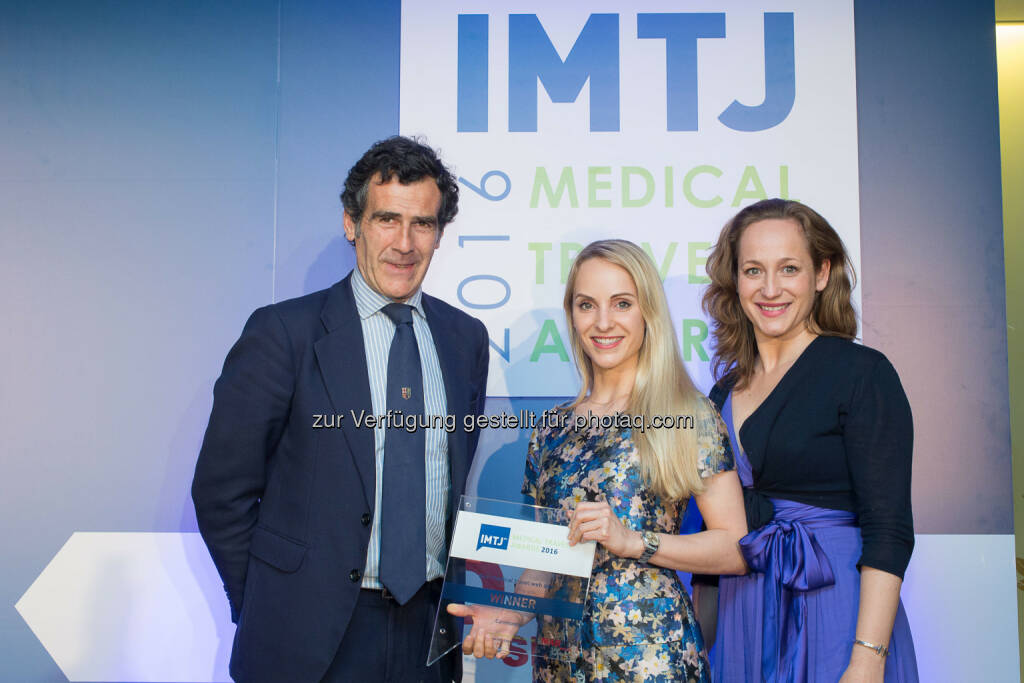 Javier Gomez Navarro (President Asociación Turismo de Madrid), Veronika Leitermann (Gründerin & GF von Caremondo), Julia Gebert (Head of Business Development von Caremondo) : Caremondo erhält zwei internationale Auszeichnungen als bester Anbieter für Medizinreisen 2016 : Fotocredit: Caremondo GmbH, © Aussendung (13.06.2016)