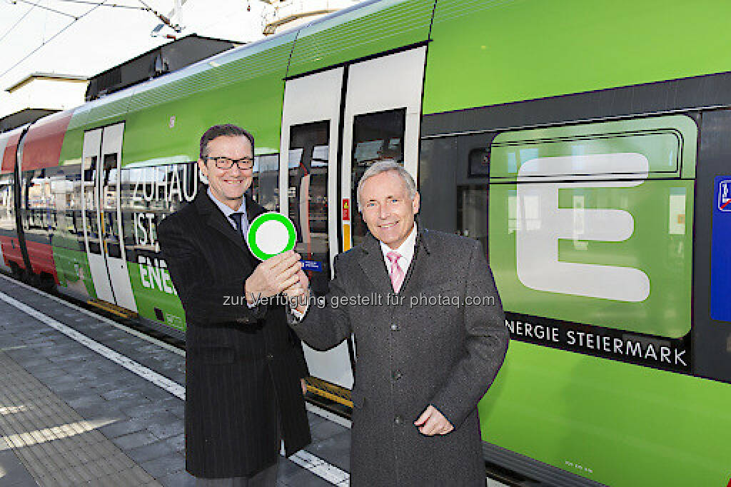 "Franz Suppan (ÖBB), Christian Purrer (Vorstandssprecher der Energie Steiermark) : Neue S-Bahn im grünen E-Design : ""Grüne"" Partnerschaft mit der Energie Steiermark : Fotocredit: Energie Steiermark/Symbol, © Aussendung (16.06.2016)"