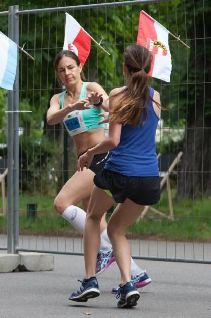 Wechel Übergabe - Laufteam Haus Roshan beim 100-km-(Staffel-)Lauf in Wien (c) Andreas Ecker, © Diverse  (20.06.2016)