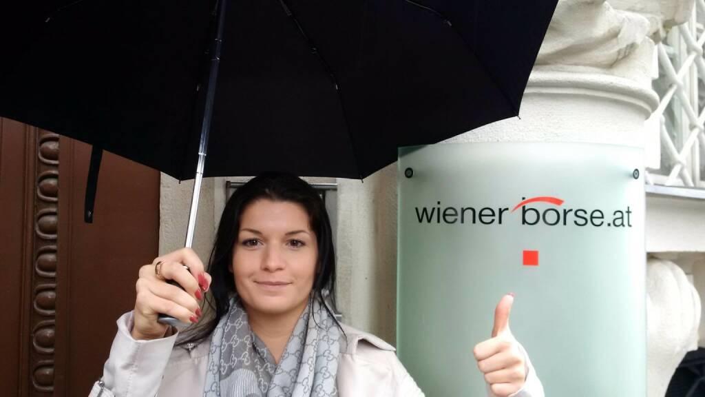 Regenschirm: Alexandra Rosinger vor der Wiener Börse (c) Rosinger (27.06.2016)