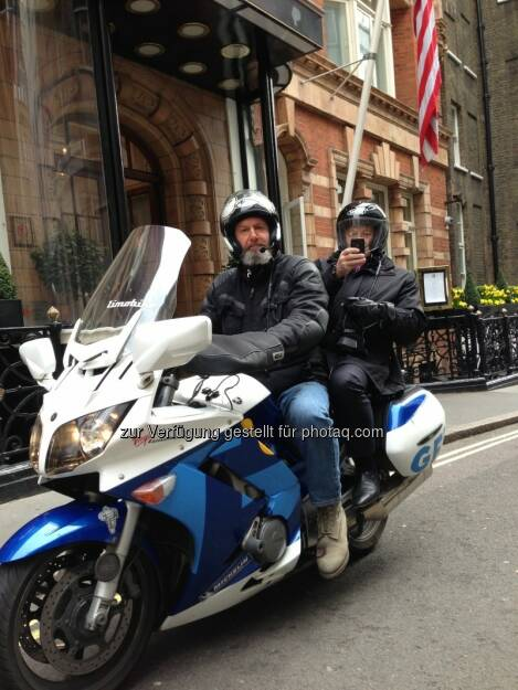Immofinanz-CEO Eduard Zehetner in London mit dem Limobike unterwegs - http://blog.immofinanz.com/de/2013/04/18/immofinanz-ceo-laesst-sich-vom-londoner-traffic-jam-nicht-ausbremsen/ (19.04.2013)