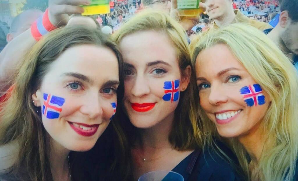 Island Fans, © diverse photaq (28.06.2016)
