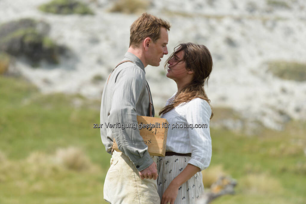 "Michael Fassbender (als Tom Sherbourne), Alicia Vikander (als seine Frau Isabel) : ""The Light between Oceans"" ab 8. September 2016 im Kino : © 2016 Constantin Film Verleih GmbH/Davi Russo, © Aussendung (30.06.2016)"