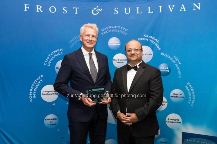 "Peter Hallberg (Leiter BT Europe North), Aroop Zutshi (Global President and Managing Partner bei Frost & Sullivan) : Siemens ist erneut ""European Building Technologies Company of the Year"" : Fotocredit: © Siemens AG"