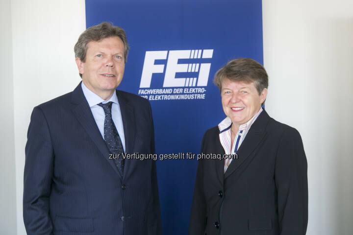 Lothar Roitner (GF Fachverbands der Elektro- und Elektronikindustrie/FEEI), Brigitte Ederer (Präsidentin des FEEI) : Elektro- und Elektronikindustrie 2015: Produktion um 4,7 Prozent auf Rekordhoch gewachsen : Fotocredit: FEEI/APA-Fotoservice/Reither