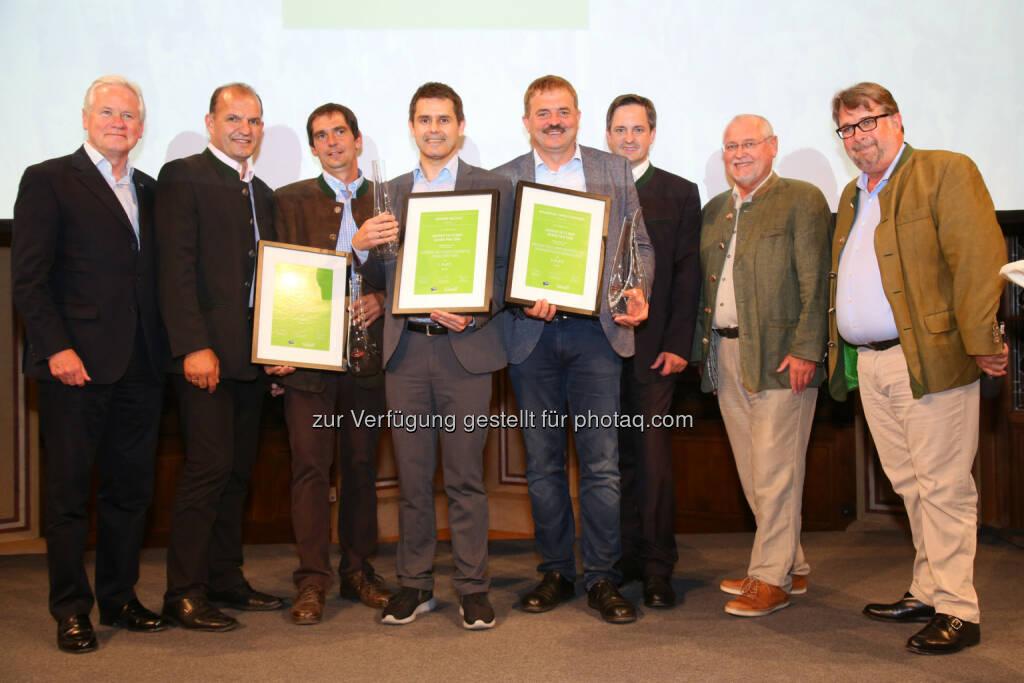 Hubert Schultes (GD NÖ Versicherung), Otto Auer (Vizepräsident Landwirtschaftskammer Niederösterreich), Harald Ernst (Platz 2, Weingut Ernst), Roman Horvath (Platz 1, GF Domäne Wachau), Josef Dockner (Platz 3, Weingut Dockner), Johannes Schmuckenschlager (Abg. Nationalrat, Präsident Österr. Weinbauverband), Franz Backknecht (Präsident NÖ Weinbauverband), Peter Moser (Falstaff Chefredakteur Wein) : Preisträger »Falstaff Grüner Veltliner Grand Prix 2016« : Fotocredit: Falstaff Verlags-GmbH/APA-Fotoservice/SchedlPrix 2016«, © Aussendung (06.07.2016)