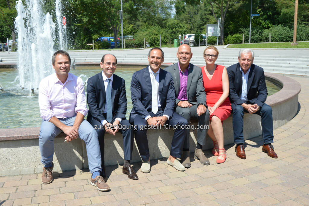 "Hannes Wagner (Beirat Thermen KG), Klaus Rabel (GF Finanzierungs KG Therme Loipersdorf), Rupert Simoner (CEO Vienna House), Wolfgang Wieser (GF Therme Loipersdorf), Johanna Weichselbaumer (GF Kdag Data – Vienna House Loipersdorf), Johann Urschler (Bgm., Beiratsvorsitzender Thermen KGs) : Das ""Vienna House Loipersdorf"" (ehemals ""Hotel Loipersdorf Spa & Conference"") kommt per 01.08.2016 in die ""Loipersdorf Familie"" : Fotocredit: Therme Loipersdorf, © Aussendung (08.07.2016)"