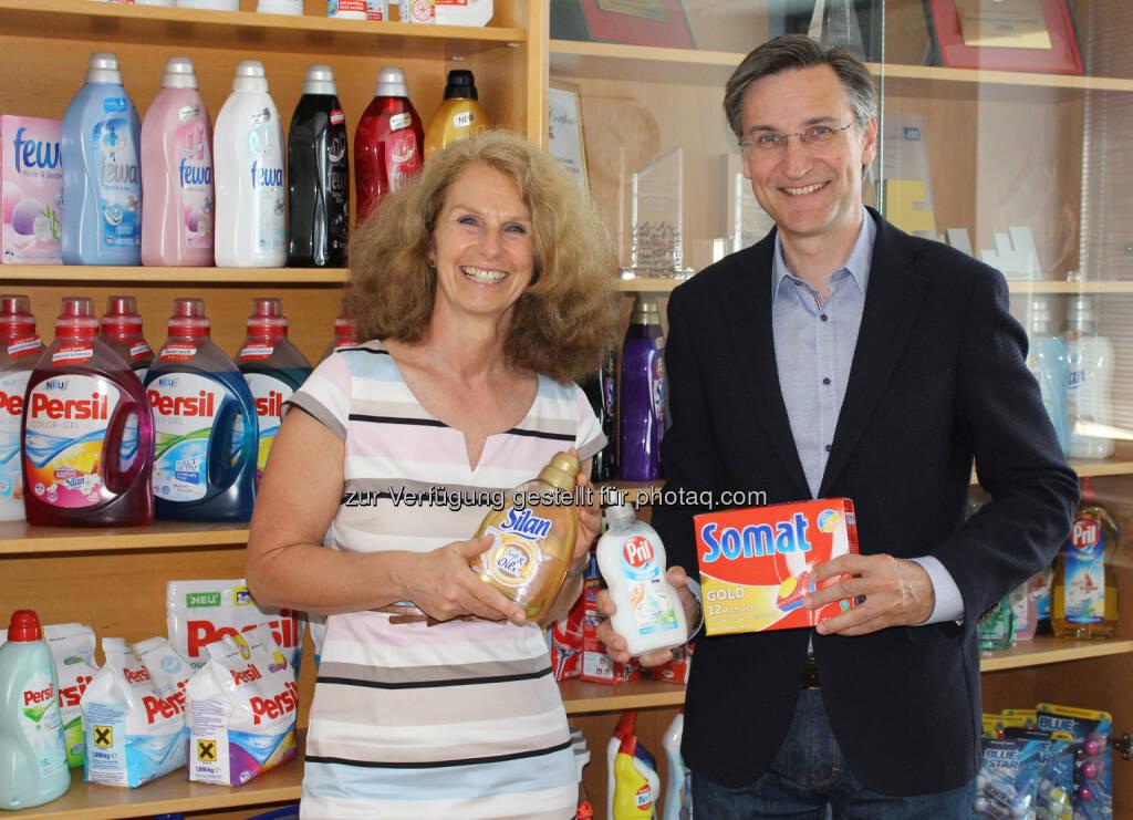 Irene Hahnenkamp (Geschäftsführerin Auftakt), Georg Grassl (General Manager Laundry & Home Care Österreich bei Henkel CEE) : Nachbarschaftshilfe seit 2010 : Henkel unterstützt Auftakt : Fotocredit: Henkel, © Aussender (11.07.2016)