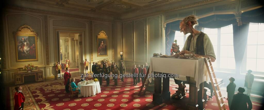 """Frühstück bei der Queen : Penelope Wilton (Queen), Ruby Barnhill (Sophie), Mark Rylance (BFG) : """"BFG - Big Friendly Giant"""" erhält Prädikat besonders wertvoll : Fotocredit: Constantin Film, © Aussendung (11.07.2016)"""