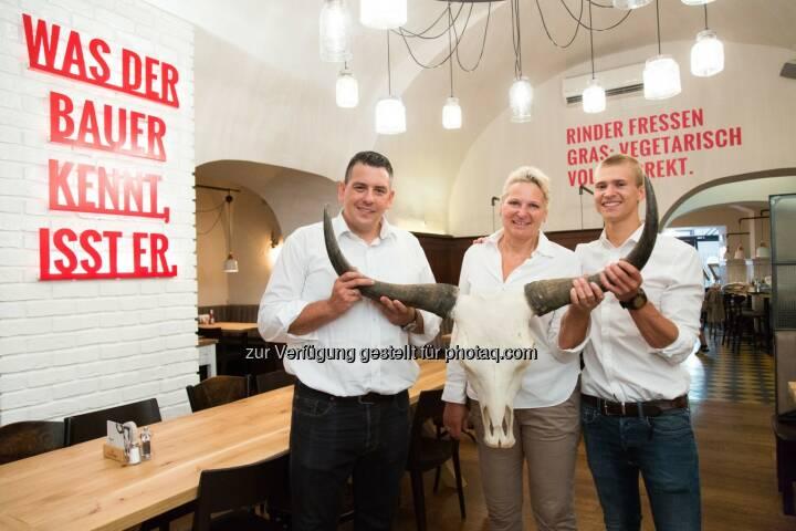 """Robert Huth und Gabriele Huth (beide Eigentümer Huth Gastronomie GmbH), Jakob Schmölzer (Familienmitglied und Trainee)  :  Eröffnung Burger-Restaurant """"Rinderwahn"""" : Fotocredit: Huth Gastronomie GmbH/APA-Fotoservice/Rastegar"""