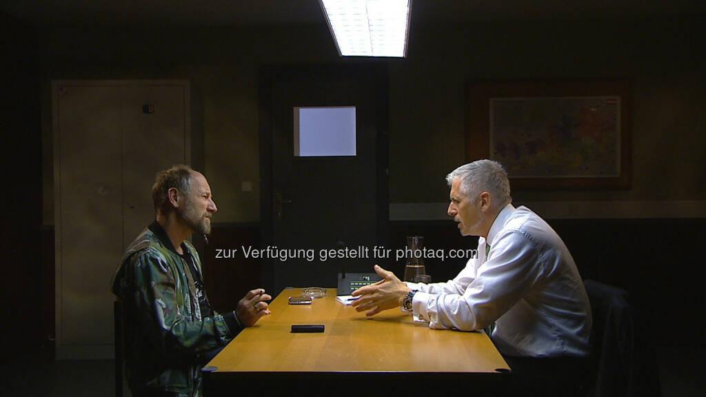 Roland Düringer, Dirk Müller (Börsenmakler) : Dirk Müller, bekanntester Börsenmakler Deutschlands, nimmt Platz in Roland Düringers Verhörzimmer auf Puls4 - Gültige Stimme am 18.7.2016 : Fotocredit: ©Puls4, © Aussendung (14.07.2016)