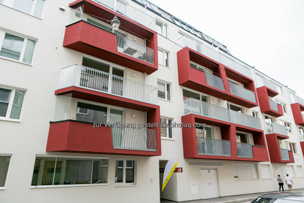Haus Leopold-Ferstl-Gasse 3, Straßenansicht :  Fertigstellungsfeier eines Wohnhauses in 1210 Wien, Leopold-Ferstl-Gasse 3 - Projekt der Raiffeisen Vorsorge Wohnung GmbH (RVW) : Fotocredit: Stoiber/RVW, © Aussendung (15.07.2016)
