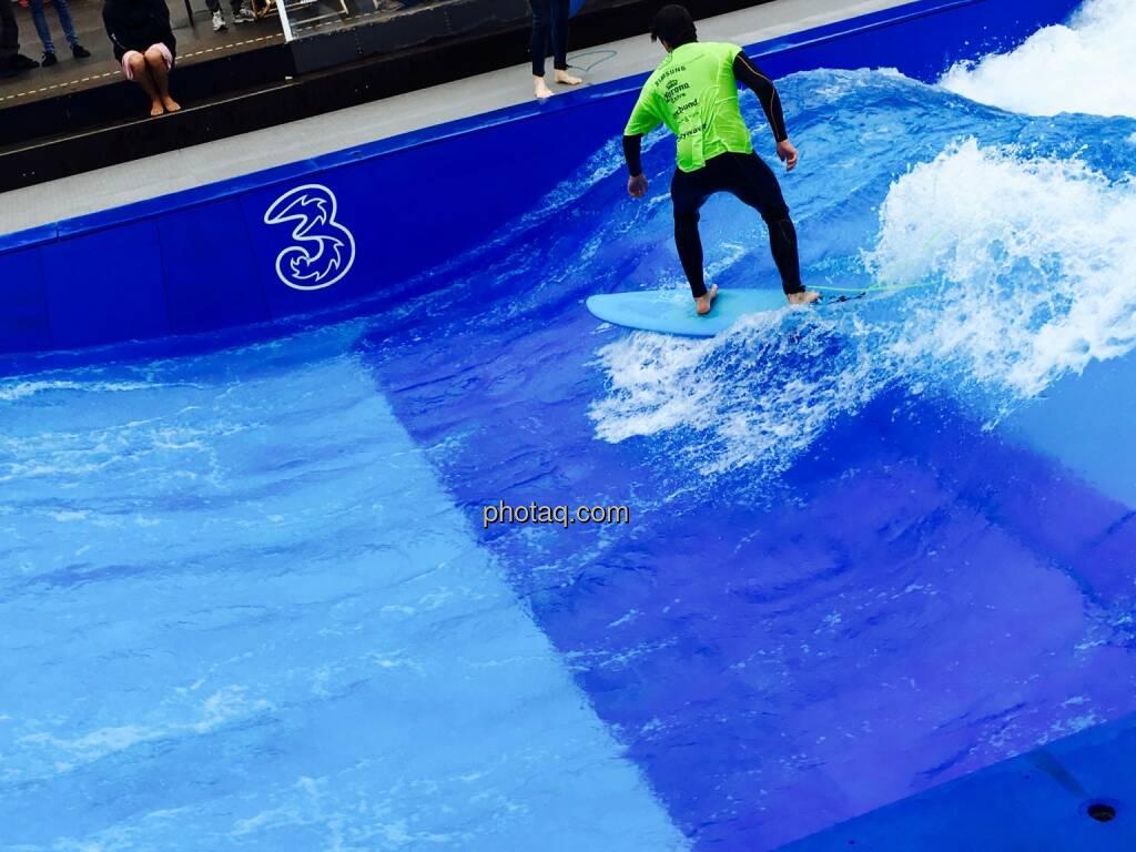 Surfen, Gleichgewicht, Welle, drei, © Josef Chladek/photaq.com (16.07.2016)