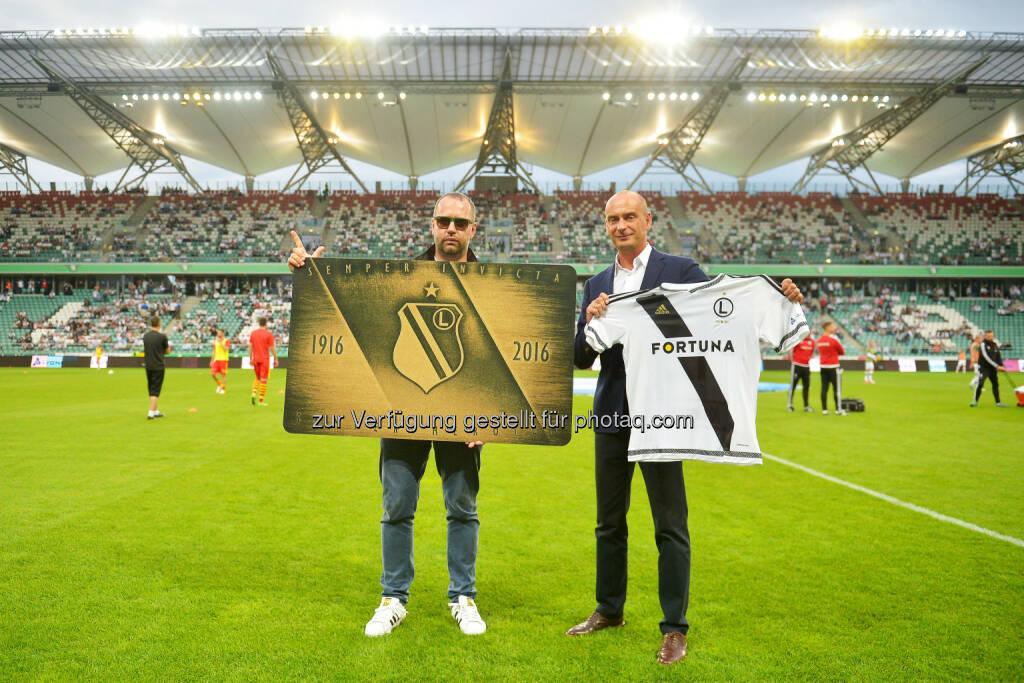 Bogusław Leśnodorski (Präsident Legia Warszawa), Rafał Pięta (General Director East Europe Lyoness) : Launch der Karty Kibica Legii Warszawa (Legia Warszawa Cashback Fan Card) : Fotocredit: Legia Warszawa, © Aussendung (18.07.2016)