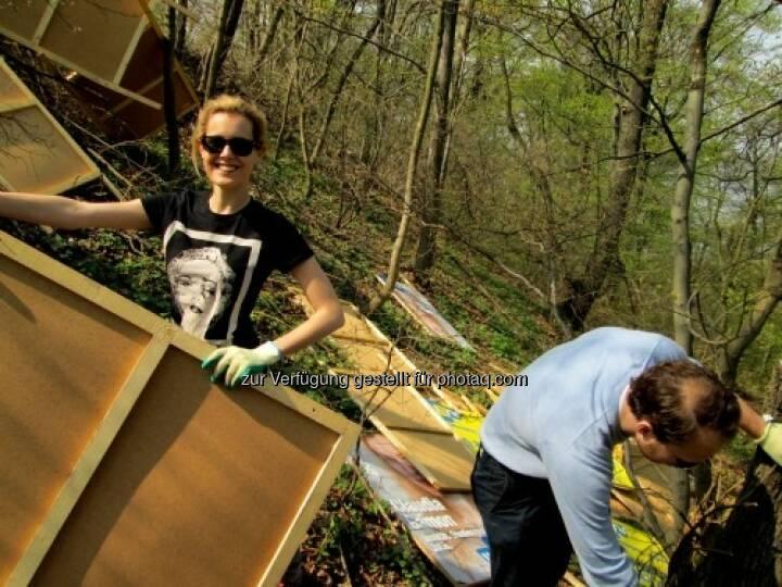 Auf der Suche nach Dreickecks-Plakatständern mit Claudia Gamon von den JuLis http://www.hippiecapitalist.at/?p=738