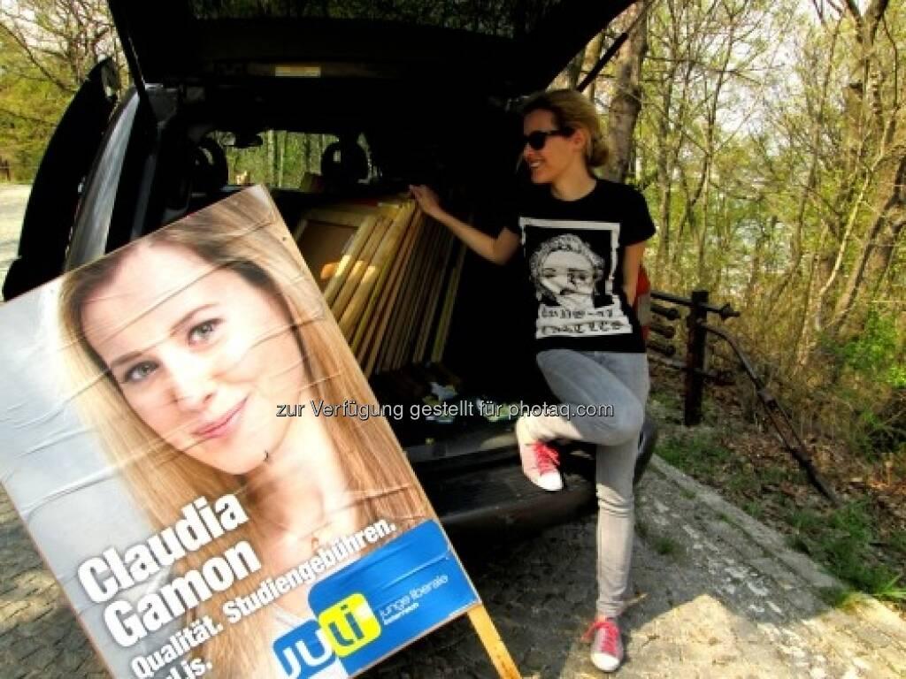 Auf der Suche nach Dreickecks-Plakatständern mit Claudia Gamon von den JuLis http://www.hippiecapitalist.at/?p=738, © Julis (22.04.2013)
