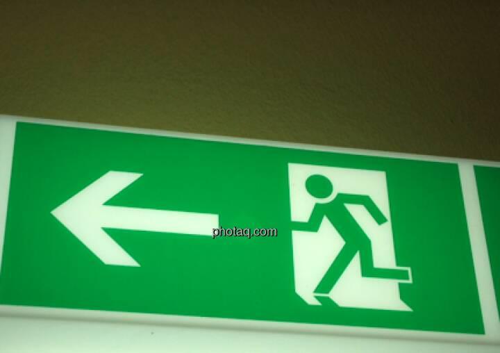 Hier geht es nach links, Fluchtweg
