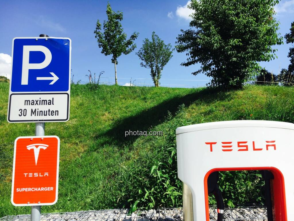 Tesla, Parkplatz, Supercharger, Tanken, © Josef Chladek/photaq.com (25.07.2016)