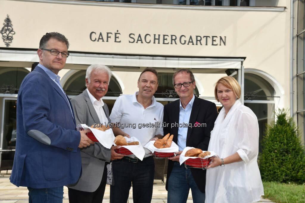 Thomas Brenner (Sacher-GF), Kurt Staska (Bgm.), Siegmund Kahlbacher (K.Y.A.T.T.-GF), Helmut Hofer-Gruber (Gemeinderat), Helga Krismer (Vizebgm.) : Die K.Y.A.T.T. Gruppe eröffnet am 1. August das Hotel Sacher Baden : Fotocredit: Stadtgmeinde Baden, © Aussendung (25.07.2016)
