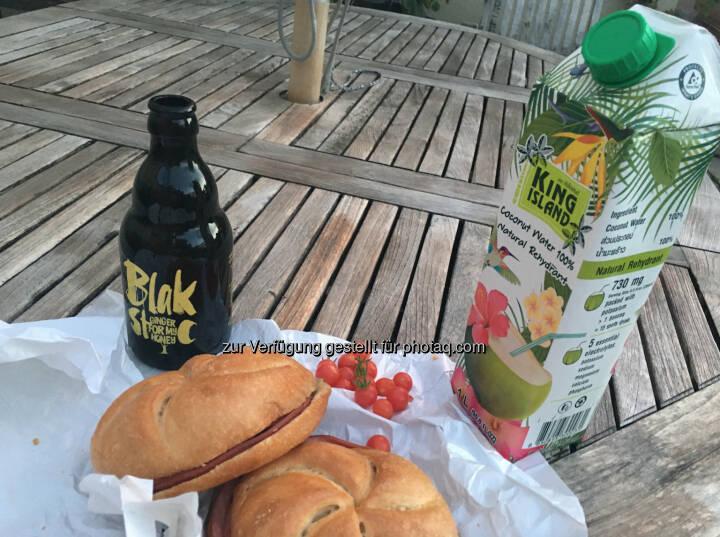 Mit Blakstoc, Kokosnuss-Saft und Orangen von der Terrasse