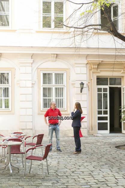 Christian Drastil, Anita Schatz im Innenhof der Wiener Börse, © finanzmarktfoto/Martina Draper (23.04.2013)