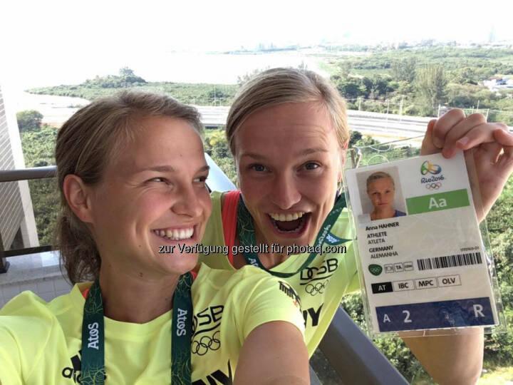 Hahnertwins: Hip hip hurra, wir sind im Olympischen Dorf angekommen. Jetzt geht's zum Mittagessen bzw. Frühstücken. Und dann erkunden wir das Dorf im Laufschritt.