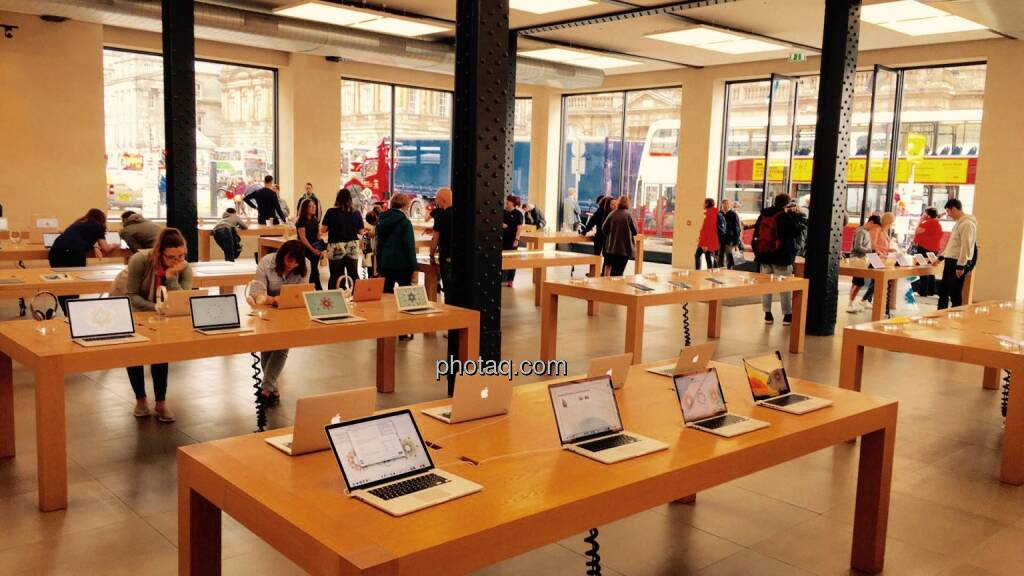 Apple Flagship Store Edinburgh, Notebooks, © Josef Chladek/photaq.com (13.08.2016)