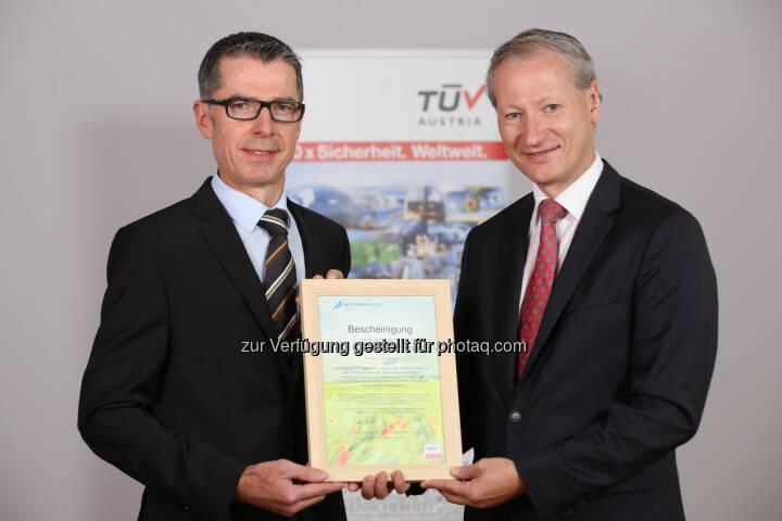 Leopold Wanzenböck (Naturkraft-GF), Stefan Haas (CEO der TÜV Austria-Gruppe) : TÜV Austria prüft Ökostrom von Naturkraft : Fotocredit: TÜV Austria