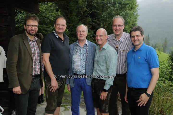 """Herwig Ostermann (GÖG), Alexander Herzog (SVA), Josef Probst (Hauptverband der Sozialversicherungsträger), Hanns Kratzer (Peri Consulting), Max Wellan (Öst. Apothekerkammer), Martin Schaffenrath (Hauptverband der Sozialversicherungsträger) : """"Gipfelgespräche auf der Schafalm"""" der Peri Group : Fotocredit: Welldone/Fischer"""