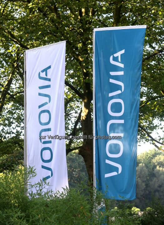 Flaggen vorm Hauptgebäude von Vonovia in Düsseldorf (Nordrhein-Westfalen). (Foto:  Roland Weihrauch/dpa - https://www.vonovia.de/Ueber-Vonovia/Presse/Mediathek )
