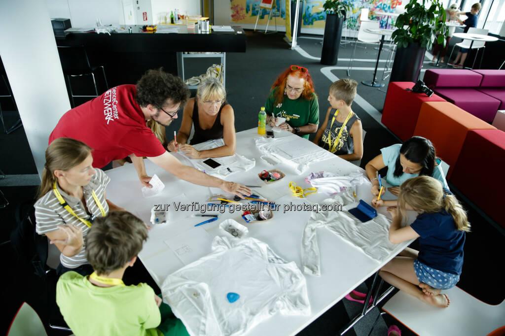 Technik-Workshops : Verein ScienceCenter-Netzwerk und Kapsch-Lehrlinge unterstützten bei der Umsetzung : Aus Textilien und Strom entstehen Kunstwerke : Fotocredit: Kapsch AG/Roland Rudolph, © Aussendung (05.09.2016)