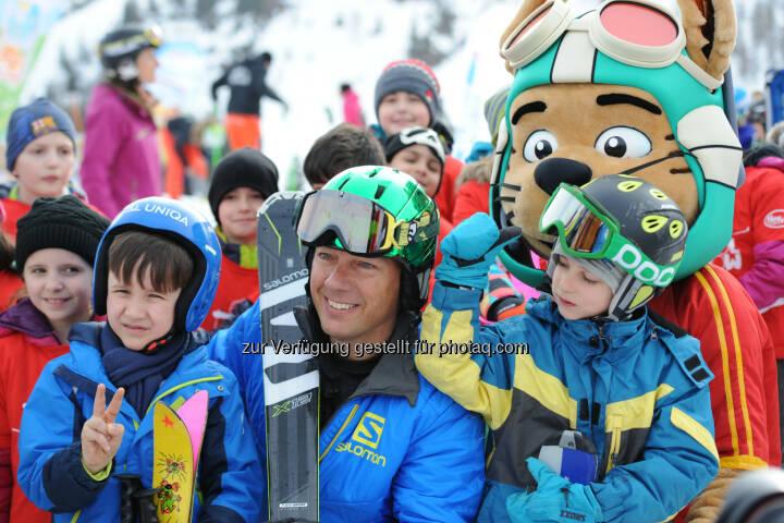 """Fritz Strobl (ehem. Skistar) mit teilnehmenden Kindern : """"School on Snow"""": All inclusive-Schulskikurse für Österreichs Schülerinnen & Schüler in Top-Skigebieten : Fotocredit: SBG-Events/Erich Spiess"""