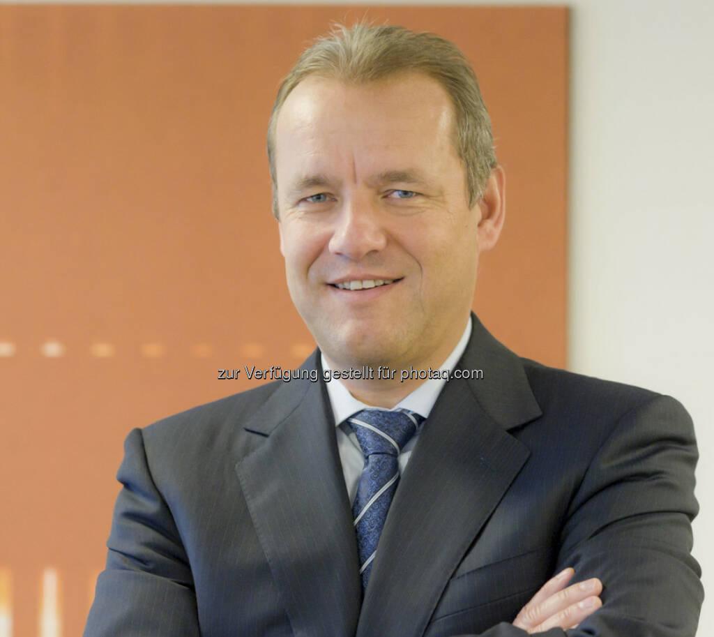 Adrian Kohler, Vorstand der Zürcher Kantonalbank Österreich: Wir glauben nicht an ein Ende des Gold-Booms, siehe http://www.christian-drastil.com/2013/04/25/wo_das_gold_lagert_goldbulle_zkb_mit_starker_grafik (25.04.2013)