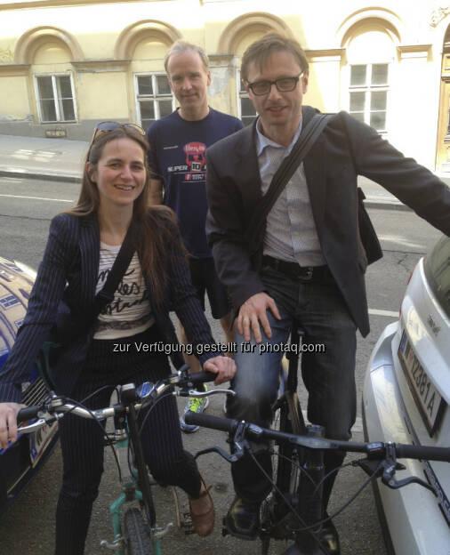 Wie sich die Finanzbranche fortbewegt, radfahrend und laufend: Katrin Schurich (wikifolio), Christian Drastil und Andreas Kern (wikifolio) bei einem Mittagstermin (c) Greunz (25.04.2013)