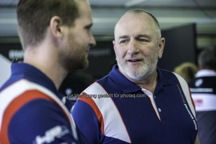 Berthold Hauser (Technischer Direktor BMW Motorrad Motorsport, im Gespräch mit einem Fahrer) zieht eine Zwischenbilanz der erfolgreichen Saison 2016 : Fotocredit ©BMW AG