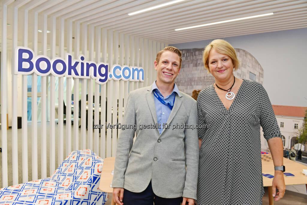 Ernst Wanek (Area Manager für Österreich), Edith Geurtsen (Regional Director für Deutschland, Zentral- und Osteuropa bei Booking.com) : Booking.com eröffnet neuen Office-Space : Fotocredit: booking.com, © Aussender (21.09.2016)