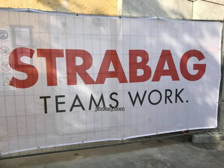 Strabag Teams Work, Baustelle, Zaun (Bild: Michael Plos)
