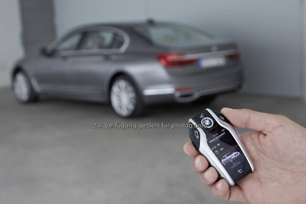 """BMW 750Li xDrive : BMW gewinnt """"CarIT-Award 2016"""" : Jury zeichnet ferngesteuertes Parken des BMW 7er als Spitzentechnologie im Bereich """"Connected Car"""" aus : Fotocredit: ©BMW Group, © Aussendung (28.09.2016)"""