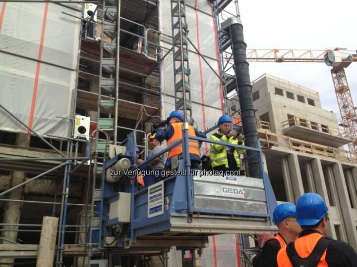 Der Baulift beförderte das Kamerateam knapp 60 Meter nach oben