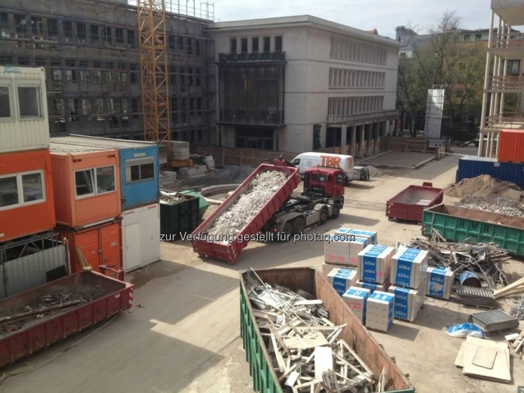 Es wird gleichzeitig abgerissen und gebaut (29.04.2013)