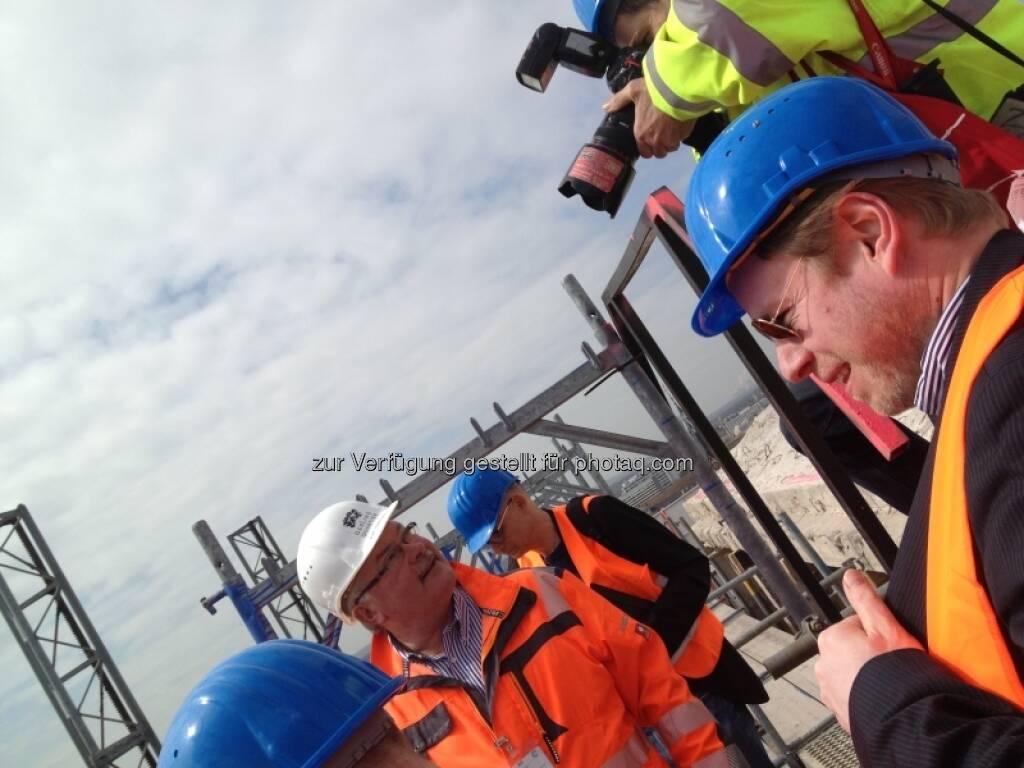 Baustellenleiter Ralf Haarmann (mit weissem Helm) mit Journalisten (29.04.2013)