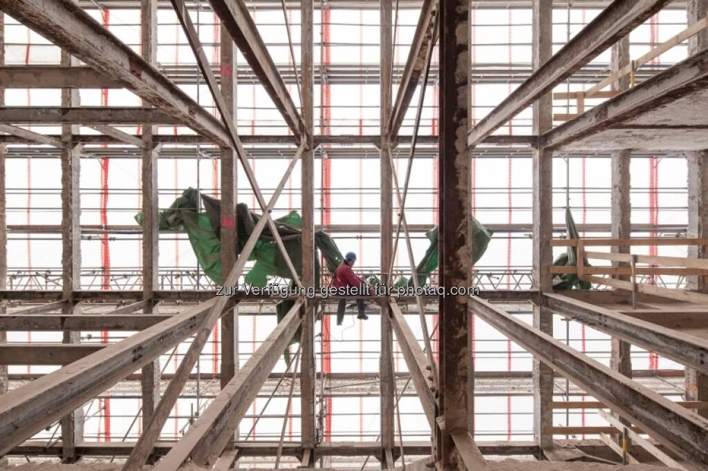 Entkerntes Hochhaus bis auf die Stahlträger reduziert (29.04.2013)