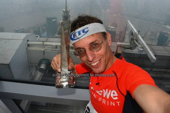 Rolf Majcen (FTC-Jurist) : Platz 3 (18,17 Minuten) beim längsten Treppenlauf der Welt in Shanghai auf das World Financial Centre (2744 Stufen, 474 Höhenmeter, 100 Stockwerke) am 18. Oktober 2016 : Fotocredit: Rolf Majcen