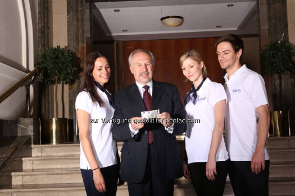 Gouverneur Dr. Ewald Nowotny anlässlich der Euro-Shop-Tour mit dem neuen 5 Euro Schein, © OeNB (30.04.2013)