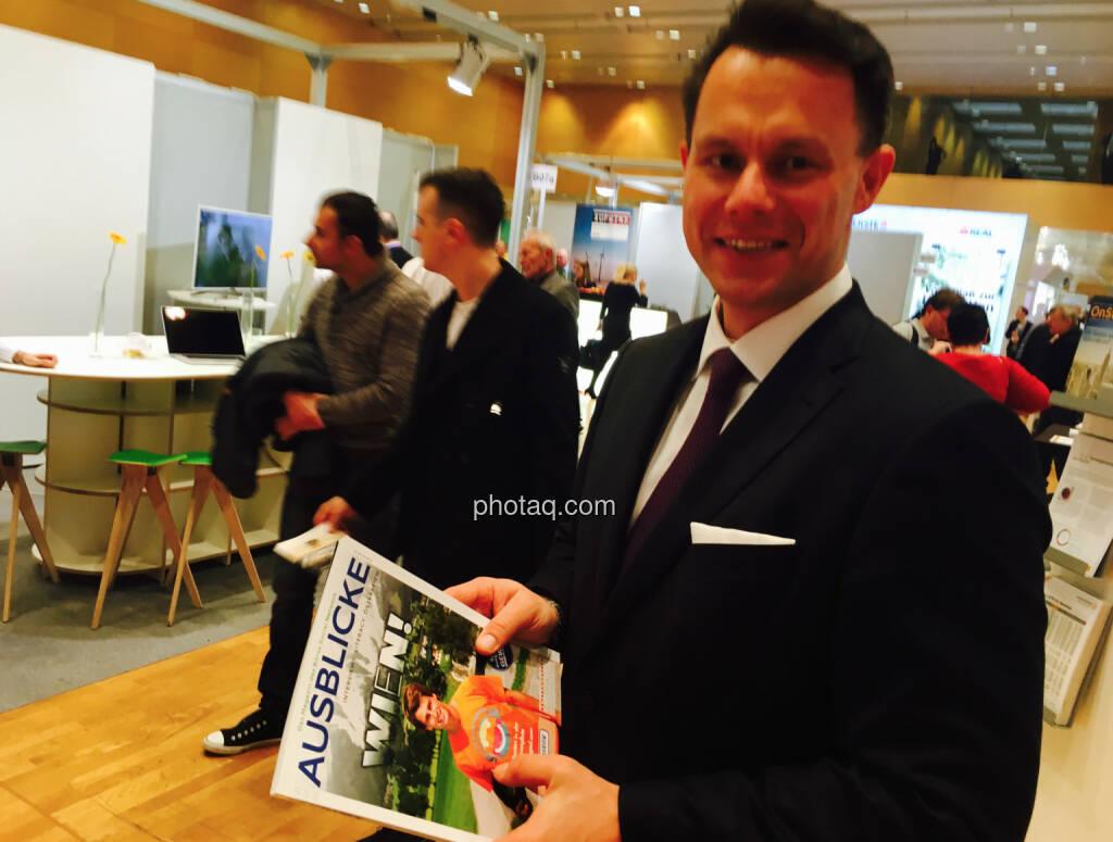 Börsechef Christoph Boschan mit dem Fachheft 48-50 , Einblicke - Ausblicke http://www.boerse-social.com/fachheft, © jeder selbst (21.10.2016)