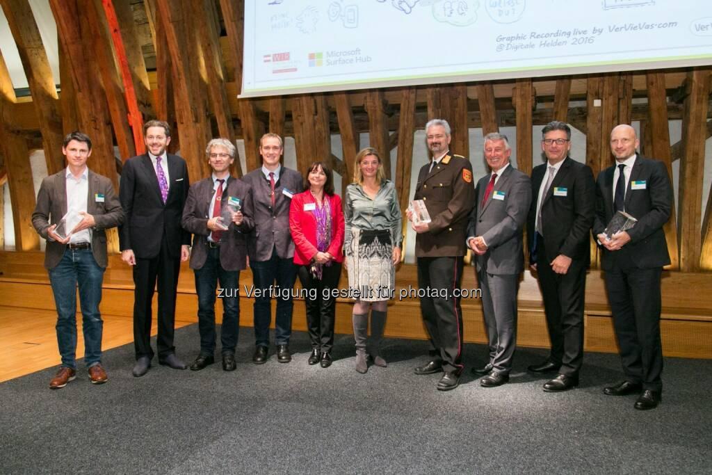 Jan Pichler (CEO myveeta), Harald Mahrer (Staatssekretär), Gerhard Uitz (Schuldirektor PNMS Zwettl), Martin Stadler (PNMS Zwettl), Heidrun Strohmeyer (Bildungsministerium), Dorothee Ritz (GF Microsoft Österreich), Gerhard Urschler (Feuerwehrkommandant FF Krems), Helmut Mödlhammer (Gemeindebund-Präsident), Martin Heimhilcher (WKW Obmann der Sparte Information und Consulting), Christoph Auer (CIO BWT) : Microsoft Symposium - Thema des Abends: Die digitale Transformation und die Rolle des Menschen in diesem gesellschaftlichen und wirtschaftlichen Veränderungsprozess : Fotocredit: Microsoft Österreich GmbH/APA-Fotoservice/Rastegar (21.10.2016)