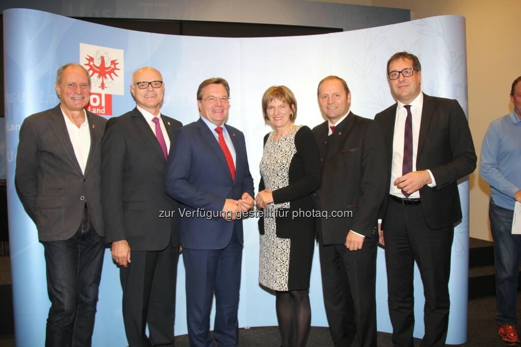 Peter Mennel (ÖOC-Generalsekretär), Karl Stoss (ÖOC-Präsident), Günther Platter (LH Tirol), Christine Oppitz-Plörer (Bgm. Innsbruck), Josef Geisler (LHStv. Tirol), Franz Gruber (Tourismus-StR) : Mehrheit der Tiroler sagt Ja zu Olympia 2026 - 55 Prozent sprechen sich für eine Bewerbung Tirols aus : Fotocredit: BB Tirol/Stephan Gstraunthaler, © Aussendung (25.10.2016)